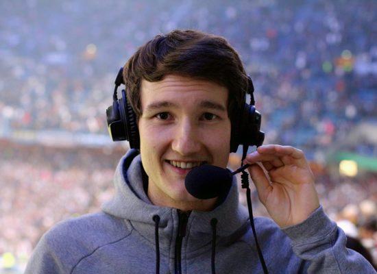 Fußballreporter Florian Eib mit einem Headset auf dem Kopf.