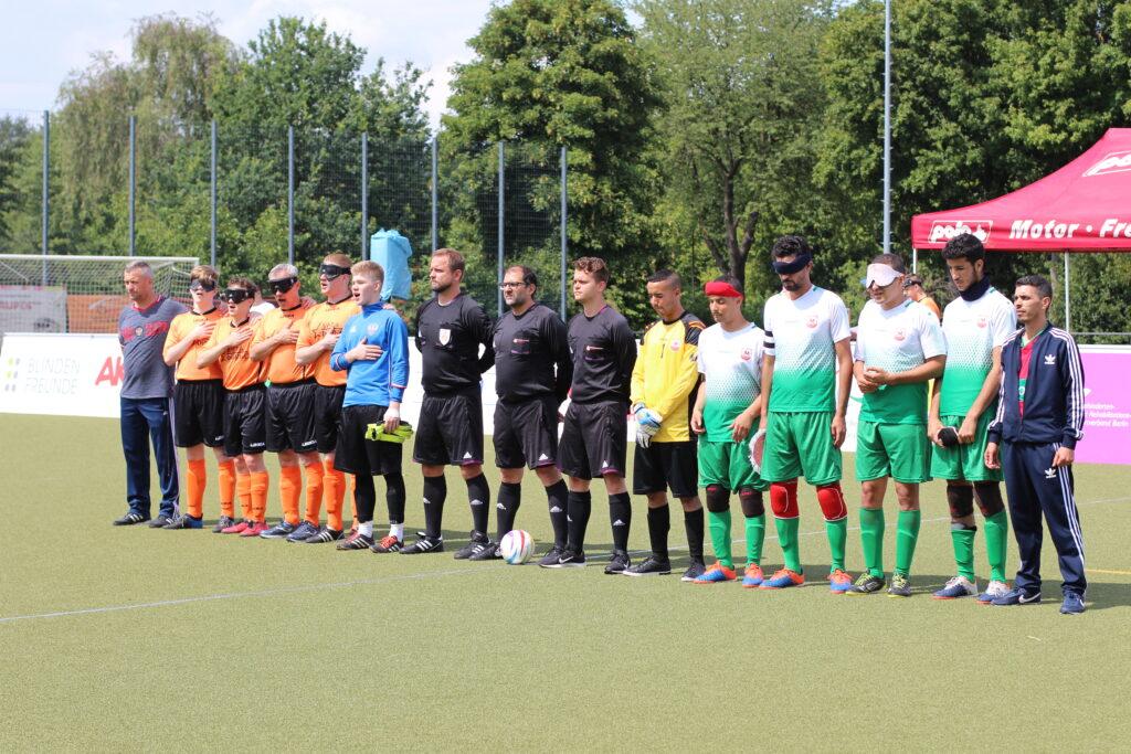 Vor dem Spiel um Platz drei: Die Mannschaften von Russland und Marokko stehen zur Vorstellung der Teams bereit. Das russische Team singt gerade die Nationalhymne.