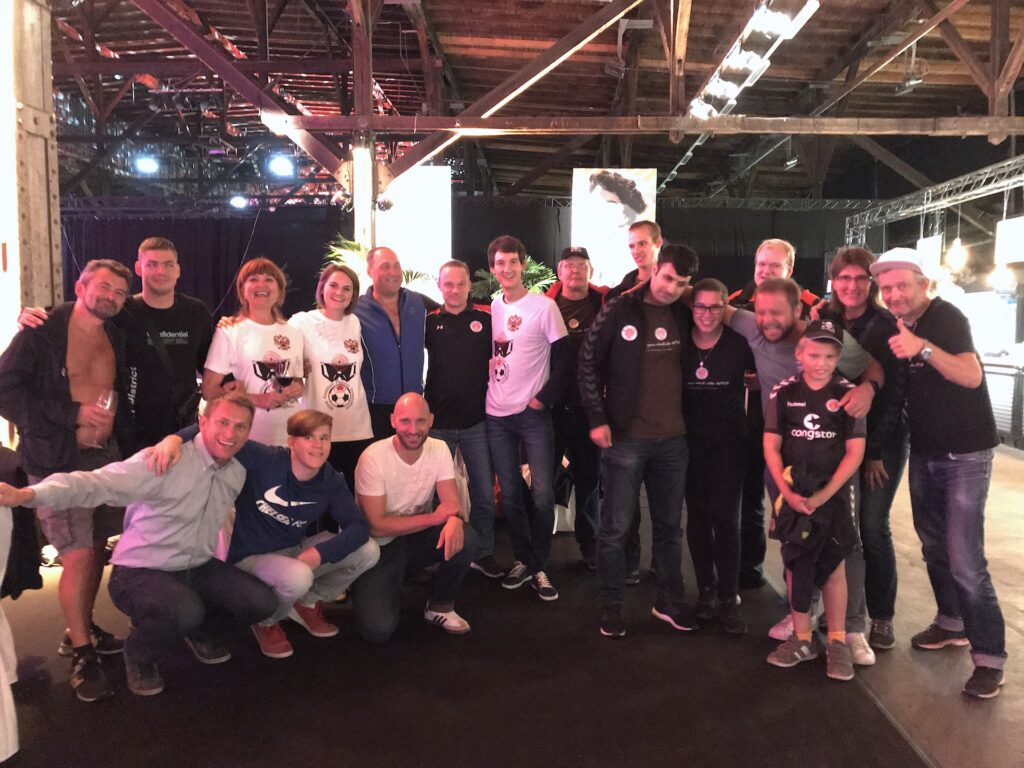 Gruppenfoto von Mitgliedern der Blindenfußballmannschaft des FC St. Pauli und Stern Moskau.