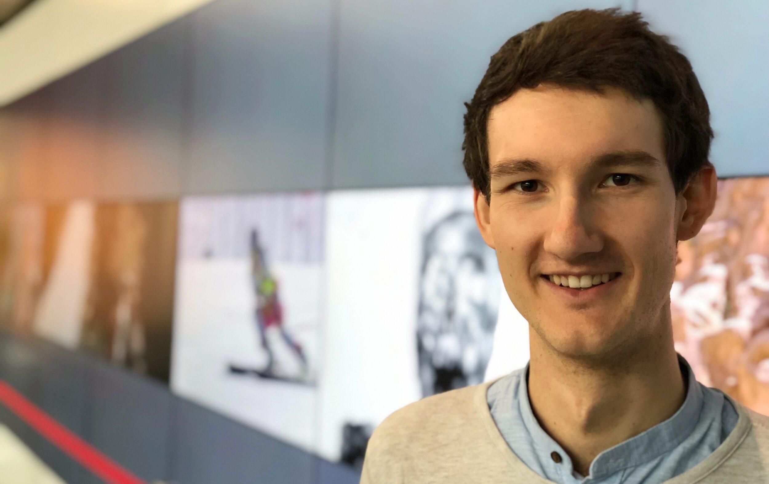 Sprecher Florian Eib vor einer Videowand.