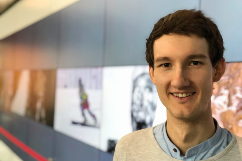 Sportreporter Florian Eib vor einer Videowand. Referenzen und Sprechproben für Hörbuch, Hörkunst und Audiodeskription, Foto: Johannes Karner.