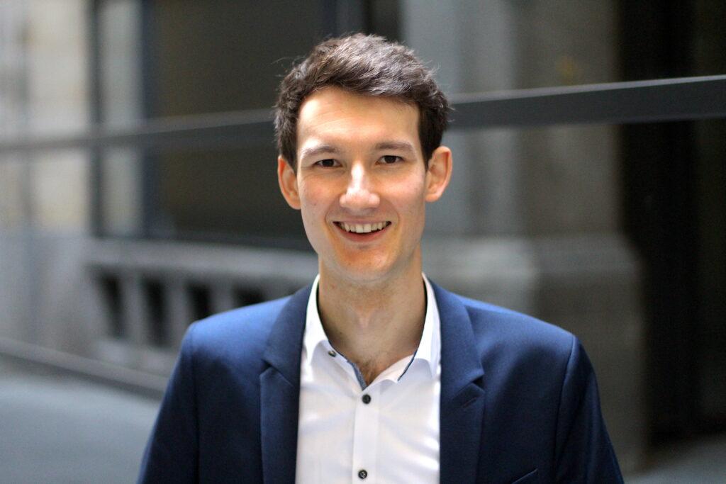 Sprecher: Portraitaufnahmen von Florian Eib in weißem Hemd und Anzug, Stimme: männlich, tief, 25-35 Jahre, Foto: Tomke Koop.