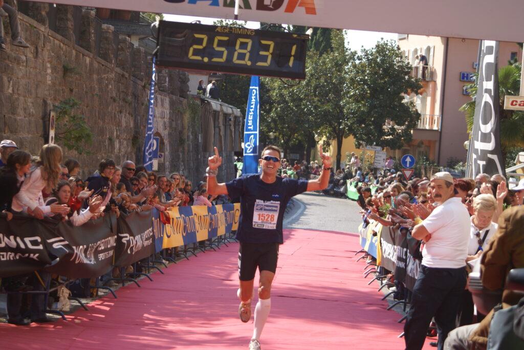 """Zieleinlauf des """"Wir laufen für Euch""""-Läufers Roman Knoblauch. An den Außenbanden klatschen zahlreiche Zuschauerinnen und Zuschauer, Fotorechte: Roman Knoblauch (privat)."""